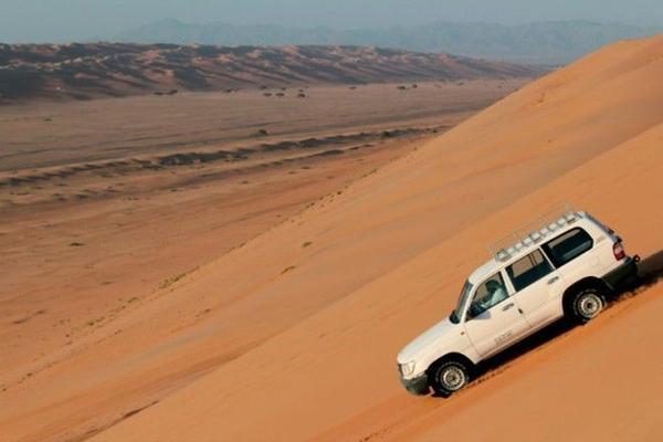 Vòng xoay Oman - Oman (một quốc gia thuộc các tiểu vương quốc ARập) là một cung đường cho phép du khách chiêm ngưỡng được nét quyến rũ của đất nước Oman với thắng cảnh say lòng người, các khu chợ của người Hồi giáo, hệ thống hang động, các đồi cát và cả sa mạc.   Trên đường đi, du khách có thể nghỉ chân và hòa mình với dòng nước của những con suối cạn hay ngắm nhìn những con rùa bơi trên bãi biển Ras Al Jinz.