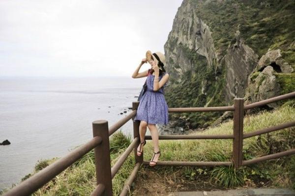 Cung đường Ilju tọa lạc tại hòn đảo Jeju xinh đẹp - một địa điểm nghỉ mát nổi tiếng của người dân Hàn Quốc. Được vinh danh là một trong những đoạn đường ven biển đẹp nhất châu Á, đường Ilju sẽ khiến du khách phải đi hết từ ngỡ ngàng này đến kinh ngạc khác với cảnh quan thiên nhiên vùng núi lửa độc đáo và từng đợt sóng nhịp nhàng vỗ về bãi cát đẹp tuyệt.