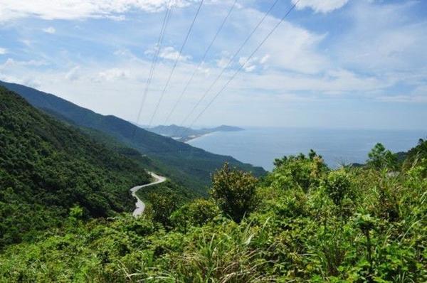 Đường đèo Hải Vân (Việt Nam) thường được so sánh như một dải lụa đẹp hoàn mỹ vắt ngang sườn núi. Đoạn đường dài khoảng 20 km này được xem như một trong những con đường ven biển đẹp nhất thế giới, mang đến cho du khách khung cảnh mỹ miều của vùng biển Đông và cây cối xanh mát ngút tầm mắt.