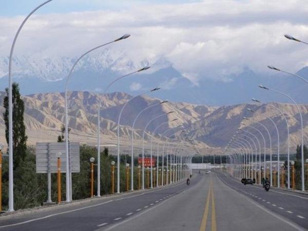"""Đường núi Thiên Môn (Trung Quốc): Đoạn đường uốn khúc liên tục này vừa là nỗi sợ hãi vừa có sức hút khó cưỡng đối với những khách du lịch yêu thích thám hiểm. Dù chỉ dài khoảng 11 km, con đường được mệnh danh là """"lối lên trời"""" Thiên Môn có tổng cộng 99 khúc quanh ở độ dốc gần 1.100 m. Tuy nhiên, đích đến sẽ là phần thưởng cho những ai đã bỏ công tới đây, hang Thiên Môn và núi Thiên Môn nổi tiếng Trung Quốc."""