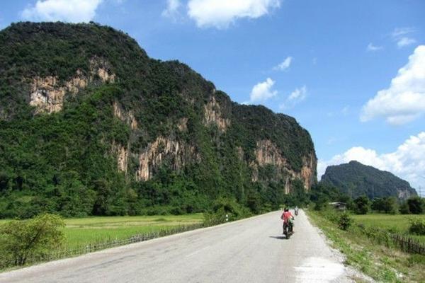 Cung đường The Loop - Lào là chuyến hành trình dài 450 km bắt đầu và kết thúc tại thị trấn Tha Kaek, đi qua hầu hết những cảnh đẹp ấn tượng nhất của đất nước triệu voi. Dù tại các đoạn rìa vách đá, đường đi tương đối khó lái, nhưng bù lại những hồ nước và hang động suốt dọc đường sẽ là điểm đến thú vị cho du khách tham quan và nghỉ chân.