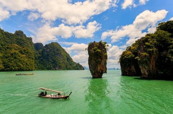Cung đường Đông Bắc Phuket - Thái Lan là một trong những cung đường chạy xe đẹp nhất châu Á. Đường Đông Bắc Phuket sẽ dẫn dắt bạn qua những ruộng tôm, làng chài giản dị cũng như những vách đá vôi kỳ thú tại đảo James Bond và những hòn đảo khác gần vịnh Phang Nga. Chưa kể, sân golf Mission Hills sẽ làm nức lòng những người yêu thích môn thể thao này. Do vậy nếu đã chán bơi lội hay nằm dài ở bể bơi, hãy leo lên xe và bắt đầu hành trình của mình tại Phuket.