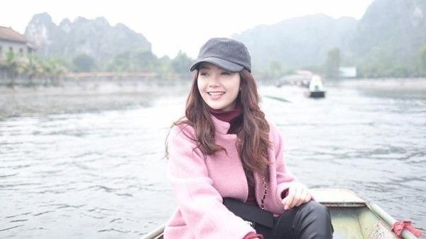 Cách đây ít giờ, trên trang Facebook riêng, Minh Hằng gửi đến người hâm mộ loạt ảnh ghi lại chuyến tham quan Tam Cốc - Bích Động, địa điểm du lịch hấp dẫn ở Ninh Bình.