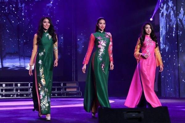 Lan Khuê, Phạm Hương và Thúy Vân tự tin sải bước trên sân khấu.