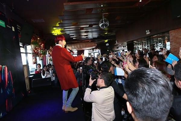 Trong phần giao lưu cùng người hâm mộ, một bạn trẻ yêu cầu thần tượng của mình hát bài hát đã thi vào nhạc viện và ngay sau lời đề nghị ấy, Sơn Tùng M-TP cũng khiến nhiều khán giả bất ngờ khi thể hiện đoạn hát chay ca khúc Không còn mùa thu.