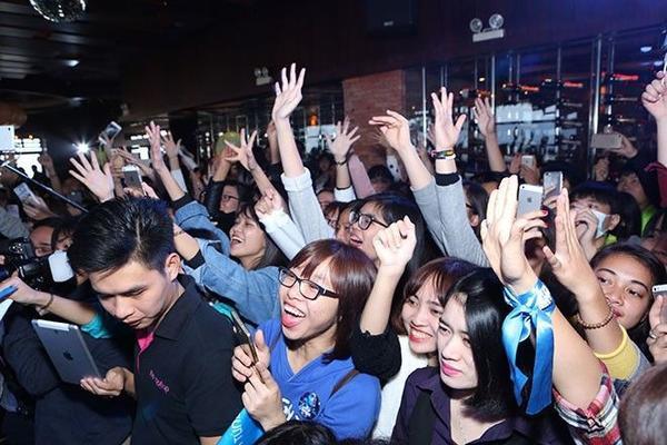 Như những lần họp trước, người hâm mộ thường đến sớm vài tiếng để mong gặp được Sơn Tùng M-TP ở bên ngoài sân khấu. 12h trưa, cổng ra vào đã tập trung khá đông, dù 16h sự kiện mới bắt đầu diễn ra.