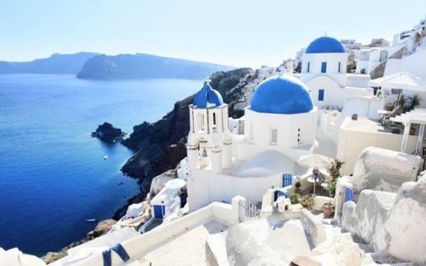 Nằm cách Athens 300 km về phía Đông Nam, Santorini không chỉ sở hữu những ngôi nhà quét vôi trắng mái sơn xanh đẹp như cổ tích mà còn là nhà của miệng núi lửa nổi tiếng thế giới tọa lạc ở độ cao 300 m cùng những màu sắc tự nhiên khác. Ảnh: world-visits.com
