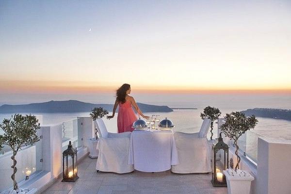 Đứng ngắm hoàng hôn trên những bậc thềm, bên những khung cửa hay trên boong tàu, ngồi trong một quán ăn lãng mạn… tất cả đều sẽ mang lại cho bạn những khoảnh khắc tuyệt vời nhất. Ảnh: gtsworkshop.com