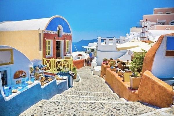 Đến Santorini, bạn chẳng cần lên một lịch trình nào mà chỉ đơn giản là đi dạo khám phá vẻ đẹp của từng ngôi làng, từng con đường nơi đây. Ảnh: thomascook.com