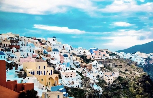 Santorini thuộc cụm đảo Cyclades, được hình thành trên tàn dư của một ngọn núi lửa phun trào cách đây hơn 3.500 năm. Ảnh: fomithea.com