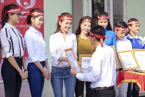Các người đẹp nhận giấy chứng nhận từ ban tổ chức vì những đóng góp tích cực.