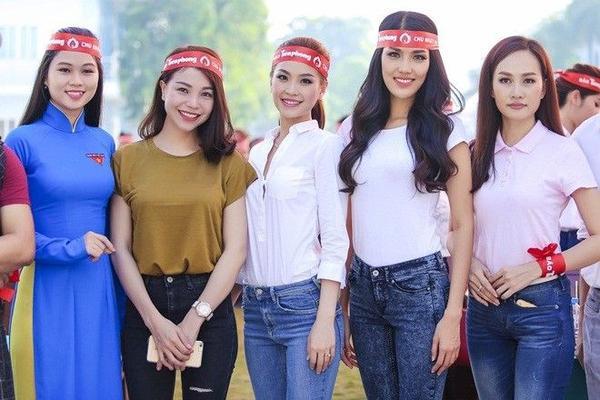 Chương trình còn có sự tham gia của ca sĩ - diễn viên Trà Ngọc Hằng cùng người đẹp Kim Duyên (áo hồng).