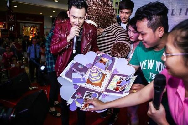 Ở phần cuối chương trình, Dương Triệu Vũ xúc động mạnh với món quà từ fans club dành tặng cho mình, các fans của anh phải thức nhiều đêm để tự tay làm các món quà đặc biệt và ý nghĩa nhất dành cho thần tượng.
