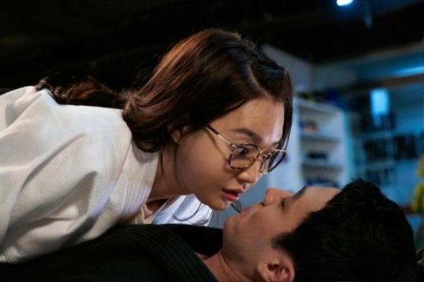 """Ngoài nụ hôn đồ ăn, những chi tiết dường như quá quen thuộc trong phim Hàn vẫn thu hút khán giả. Cũng trong tập 9, 2 nhân vật vô tình ngã lên nhau, Joo Eun nằm đè lên người vị huấn luyện viên bảnh trai. Mắt chạm mắt, Young Ho tỏ ra ngạc nhiên khi nhìn thấy đôi má lúm đồng tiền của người đẹp. Anh chạm vào má Joo Eun và nói: """"Tôi chưa từng thấy cái này bao giờ. Làm sao cô có được nó vậy?"""". Tình tiết khá sáo mòn nhưng lại dễ thương này có 344.067 lượt khán giả theo dõi."""