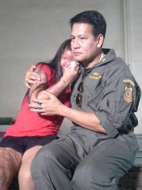 Cô gái bật khóc, gục đầu vào vai nam diễn viên Thái Lan Bin Bunluerit khi chia sẻ về câu chuyện đời mình.