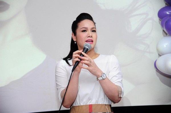 Giữ đúng lời hứa với khán giả, mới đây, Nhật Kim Anh tổ chức họp fanclub khu vực phía Nam tại TP HCM. Hơn một năm qua, cô tạm xa sân khấu để chu toàn mái ấm gia đình của mình. Nữ ca sĩ sinh năm 1985 ăn vận trẻ trung, năng động đến buổi gặp gỡ người hâm mộ.