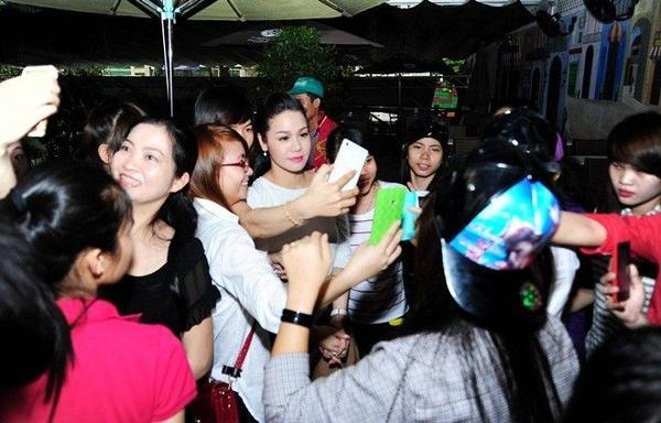 Chiều lòng các fan, Nhật Kim Anh liên tiếp chụp hình selfie và ký tặng album mới.