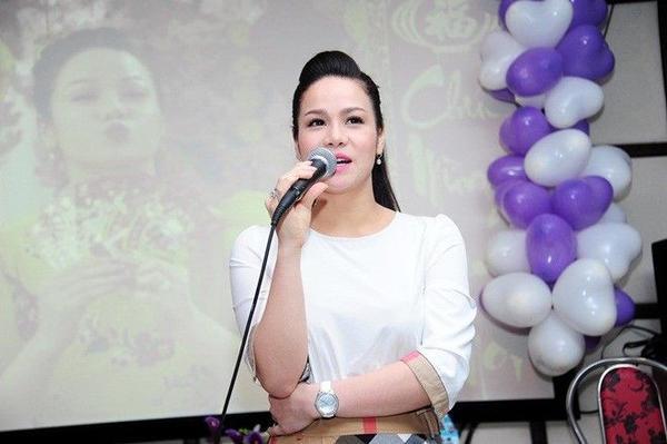 Ở phần đầu chương trình, Nhật Kim Anh chủ động dành thời gian làm quen với các fanclub mới. Năm nay, nhiều bạn trẻ ở các tỉnh thành xa như Bình Thuận, Nghệ An, Hà Tĩnh, Thanh Hóa, Huế, Cà Mau, Sóc Trăng… cũng về tham dự và tặng những phần quà ý nghĩa cho bà mẹ một con này.