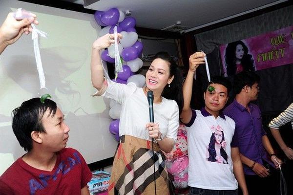 Để thay đổi không khí buổi giao lưu, Nhật Kim Anh tham gia một số trò chơi vui cùng các fan nhằm khuấy động buổi offline. Đây chính là khoảnh khắc cô xoá bỏ khoảng cách với người hâm mộ. Ngoài ra, Nhật Kim Anh còn hướng dẫn fan vài động tác vũ đạo khiến các bạn trẻ thích thú.