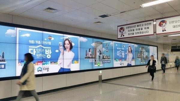 Tại Seoul, dễ dàng nhận ra những biển hiệu poster in hình thành viên Girl's Day. Tính đến tháng 3/2015, nữ ca sĩ 21 tuổi nắm trong tay 10 hợp đồng quảng cáo trị giá 1,8 triệu USD. Theo thống kê gần đây của Ilgan Sports, Hyeri chính là người soán ngôi vị nữ hoàng quảng cáo của Suzy. Hơn 10 hợp đồng đang chờ Hyeri khởi quay.