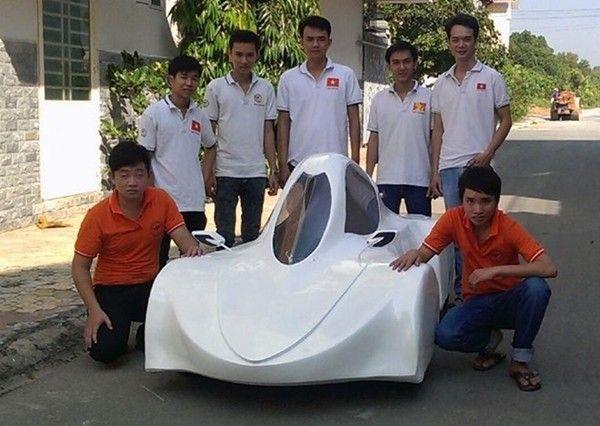 """Nhóm sinh viên Đồng Nai bên chiếc """"siêu xe"""" vừa được chế tạo."""