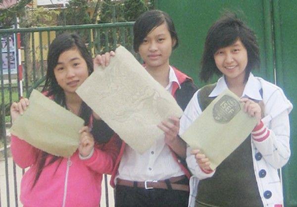 """Ánh (giữa) - cô nữ sinh thông minh đã phát minh ra """"giấy xanh"""" từ rác lá cây."""