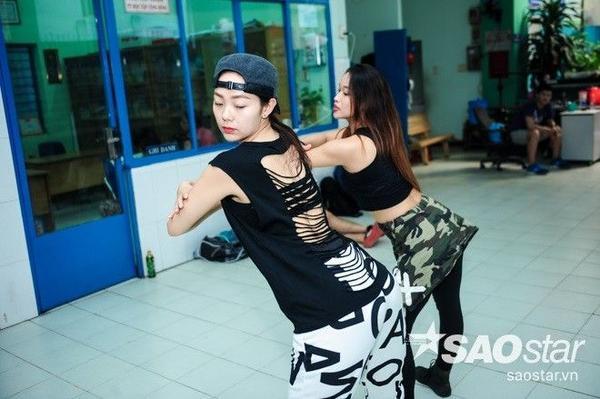 Vốn nổi tiếng hết mình trong công việc nên Minh Hằng rất tập trung khi được một dancer hướng dẫn các động tác vũ đạo mới.