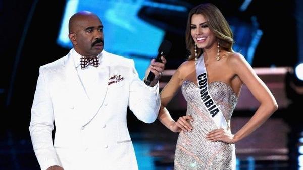 MC Steve Harvey và Hoa hậu Colombia trong đêm chung kết Hoa hậu Hoàn vũ thế giới 2015.