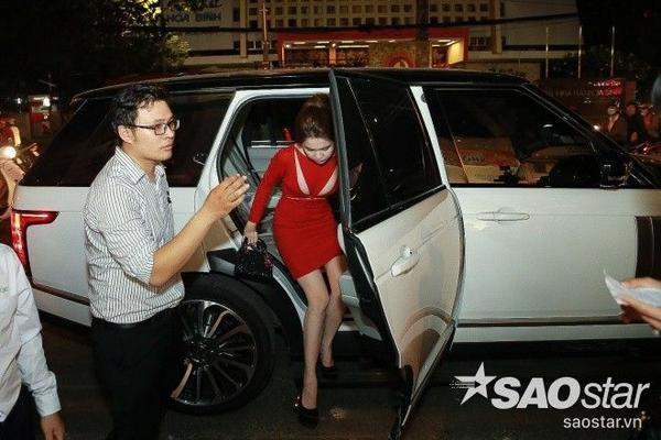 Tối 8/1, Ngọc Trinh trở thành tâm điểm chú ý của giới truyền thông và các khách mời khi xuất hiện tại buổi khai trương cửa hàng mỹ phẩm Hàn Quốc ở quận 10, TP HCM. Cô được tài xế đưa đến sự kiện bằng xế hộp Range Rover sang trọng.