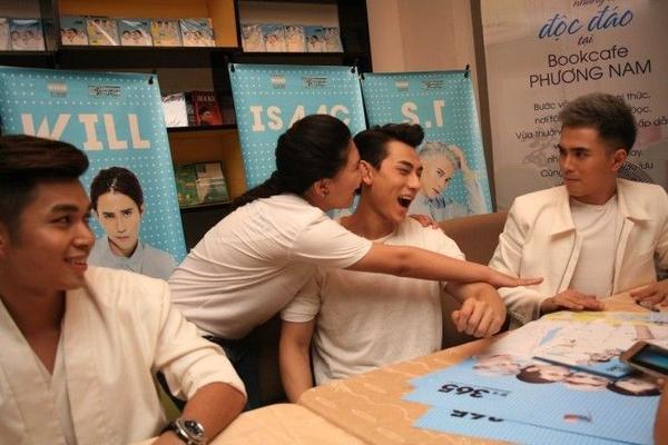 Quá hâm mộ Isaac, một cô gái lên thẳng bàn ký tặng ôm chặt và hôn nam ca sĩ.
