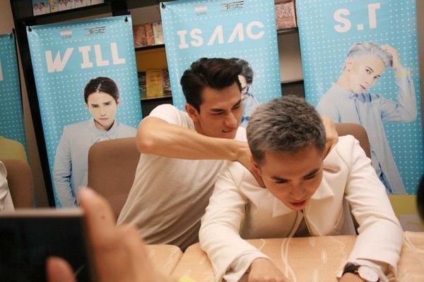 Isaac massage động viên Will
