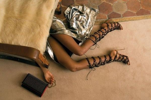 Nạn nhân là Amazoula - một quý cô giàu có sở hữu bộ sưu tập giày sang trọng, quý phái.