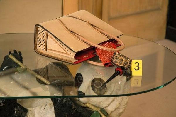 Ống kính camera đi theo từng bước điều tra của Baila, dừng lại ở những đôi giày đắt giá kèm theo những món đồ khác của hãng như son môi, túi xách, …
