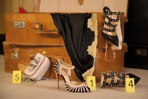 Một chuyên gia trong giới kinh doanh nhận xét, chiến dịch quảng bá lần này của Christian Louboutin khá sáng tạo để có thể khoe những chi tiết trên các đôi giày cũng như phụ kiện.