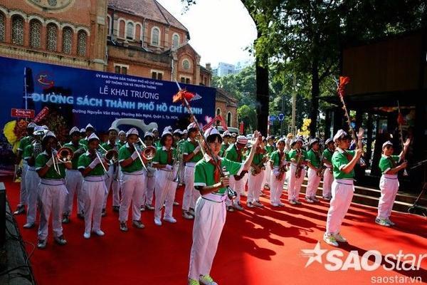 Sở Thông tin và Truyền thông được Ủy ban nhân dân Thành phố Hồ Chí Minh giao nhiệm vụ thực hiện dự án đường sách. Chiều nay, lễ khai trương đường sách Nguyễn Văn Bình được tổ chức rất long trọng phía đường gần Nhà thờ Đức Bà.
