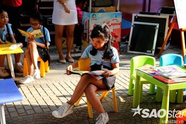 Các em nhỏ chăm chú đọc sách ở khu vực đọc sách, vui chơi của trẻ em.