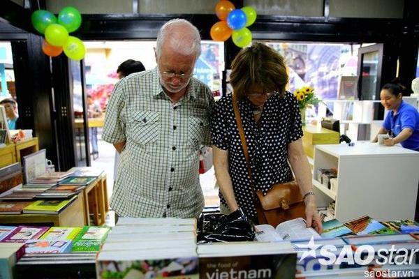 Du khách nước ngoài chăm chú xem những ấn phẩm về đất nước, con người Việt Nam.