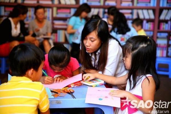 Khu đọc sách, vẽ tranh, tô tượng nằm trong lòng đường sách sẽ tạo điều kiện cho các em nhỏ được tiếp cận không gian sách ngay từ khi còn bé.