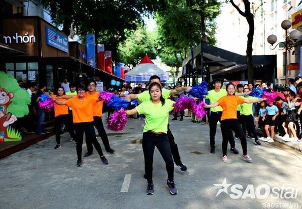 Người dân Sài Gòn vui vẻ hưởng ứng những chương trình biểu diễn đặc sắc ngày khai trương.