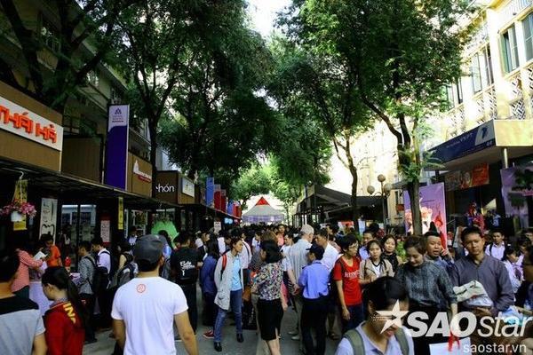 Hàng nghìn người dân Sài Gòn từ trẻ tới già rất háo hức tham dự ngày ra mắt đướng sách đầu tiên của cả nước.