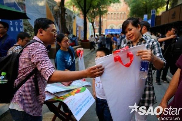 Ban quản lý dự án tặng lịch năm mới miễn phí cho người dân.