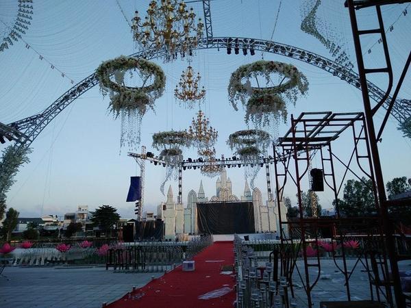 """Hai tháng qua, hàng trăm người đã tham gia vào việc nâng cấp, cải tạo nhà hàng Vân Thủy thành """"đảo uyên ương"""" để đại gia này tổ chức tiệc cưới cho con gái."""