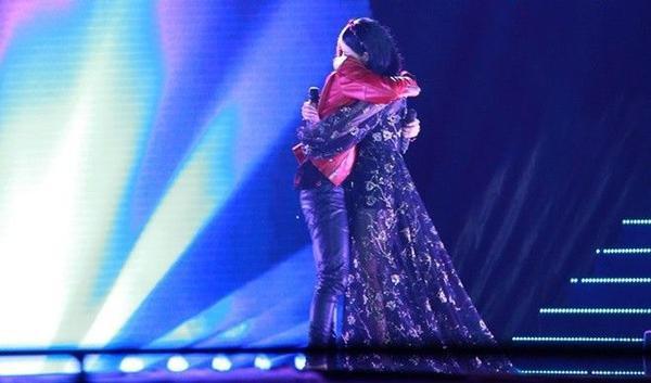 Sau khi kết thúc tiết mục Không còn mùa thu, cả 2 ôm nhau thật chặt trong sự hò reo của các fan.