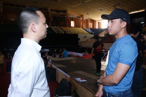 Anh dành thời gian trao đổi với nhà sản xuất âm nhạc Nguyễn Hải Phong nhằm mang đến màn trình diễn thú vị và ấn tượng nhất.