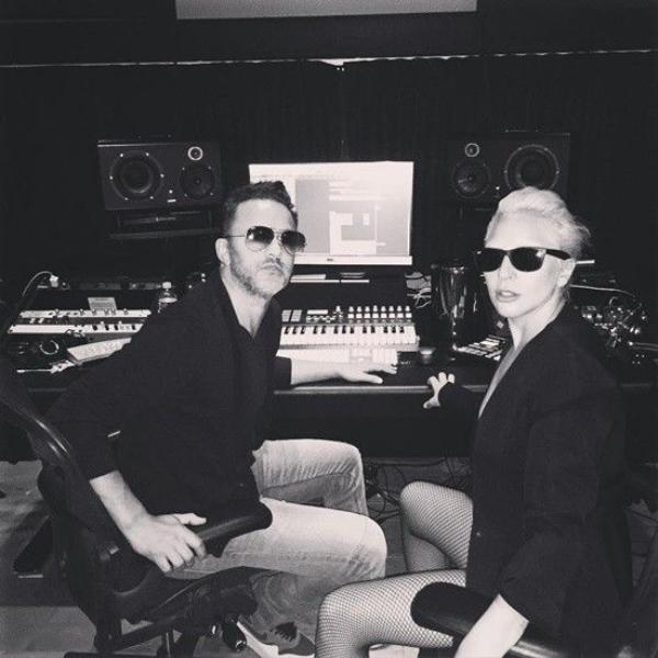 Gaga trong studio cùng Redone.