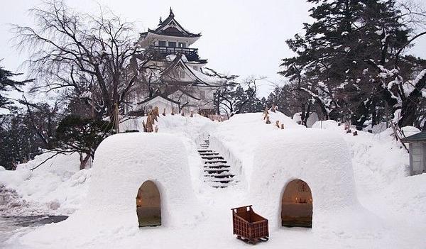 Tỉnh Akita trắng xóa trong tuyết. Những ngôi nhà tuyết kamakura đã được trẻ con và thanh thiếu niên Akita đắp nên.