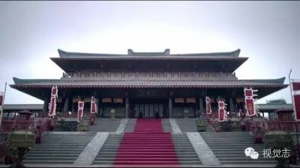 Đoàn làm phim Lang gia bảng trải thảm đỏ, phối cảnh trang hoàng, có khí chất cung đình hơn hẳn.