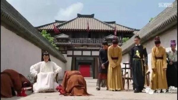 Cửu vương (áo trắng) trong một cảnh phim ở hoàng cung.
