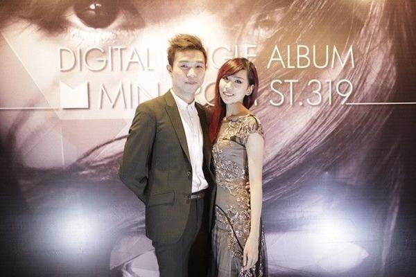 Aiden sát cánh bên Min trong buổi ra mắt sản phẩm đầu tay của cô.
