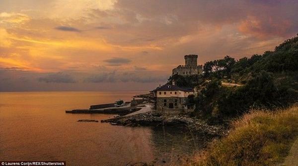 Một nhiếp ảnh gia đã ghi lại những khung hình ấn tượng ở núi Athos, Hy Lạp, nơi phụ nữ, trẻ em và các động vật giống cái đều bị cấm.